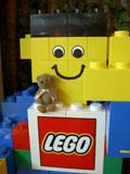 クマのルーニー レゴブロックで作った人形とルーニー・チョコ
