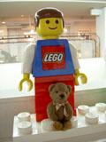 クマのルーニー・チョコと巨大レゴ人形