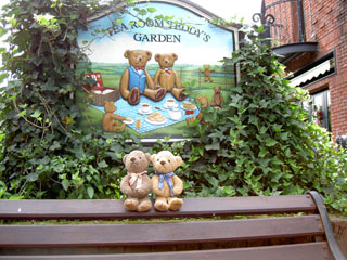 クマのルーニー ベンチと看板「Tea Room Teddy's Garden」