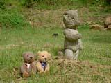 クマのルーニー 芝生に立つ石像