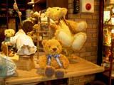 クマのルーニー 作業台に座る