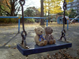 クマのルーニー 公園のブランコ