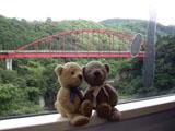 クマのルーニー 赤い橋
